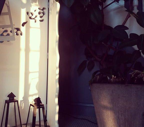 Morning lights.   #hoteldesign  #homedecor  #morninglight  #arthome  #lanterne  …