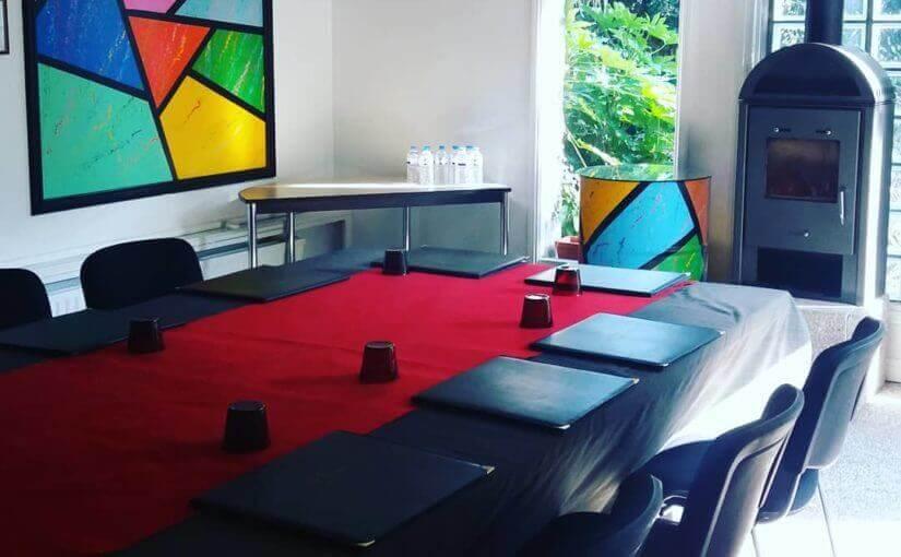 Un peu de couleur dans notre salle de séminaire (de 4 à 22 personnes ) #seminair…