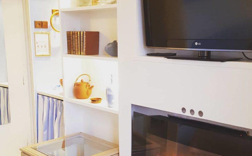 J'allume la Tv ou la Cheminée ?   Vue du lit de une de nos chambre classique.  #…